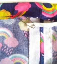 faire passer l'élastique dans la ceinture de la jupe