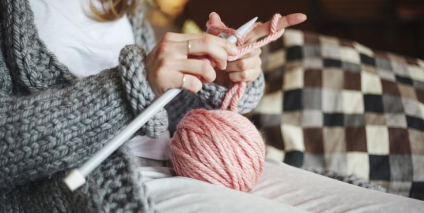 femme-pelote-de-laine-rose-tricot