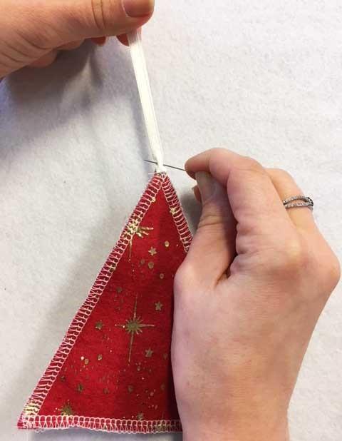 fixer le ruban pour maintenir le sapin en feutrine